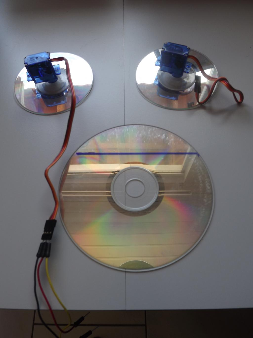 1 - cd base e mini CDs usados como rodas conectados ao servos